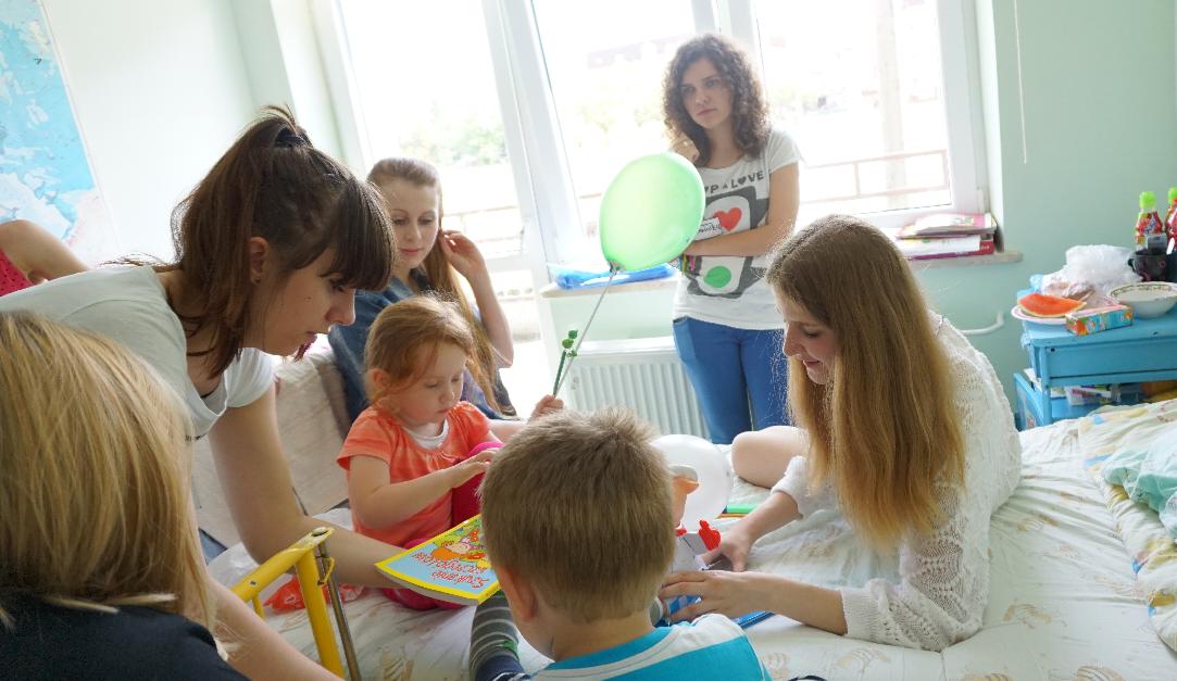 Wolontariusze wraz z dziećmi