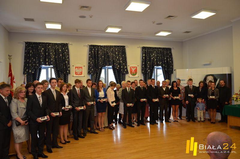 nagrodzeni uczniowie wraz z Prezydentem Miasta Andrzejem Czapskim
